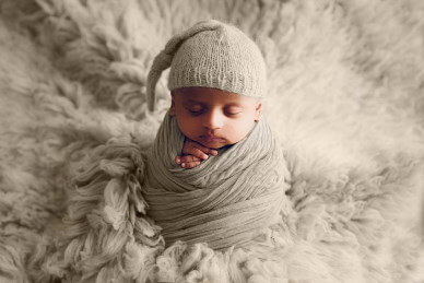 Newborn-baby-in-a-potato-pose-by-Lifetime-Stories-Photography