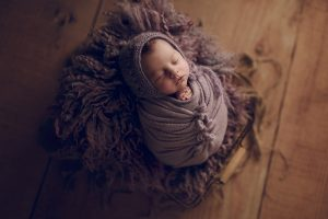 Bow wrap tutorial by Brisbane newborn photographer Victoria Burcusel from lifetime stories photography